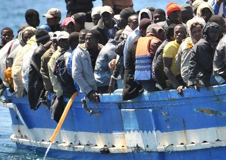 Migrants clandestins dans une embarcation de fortune (c) https://www.wort.lu