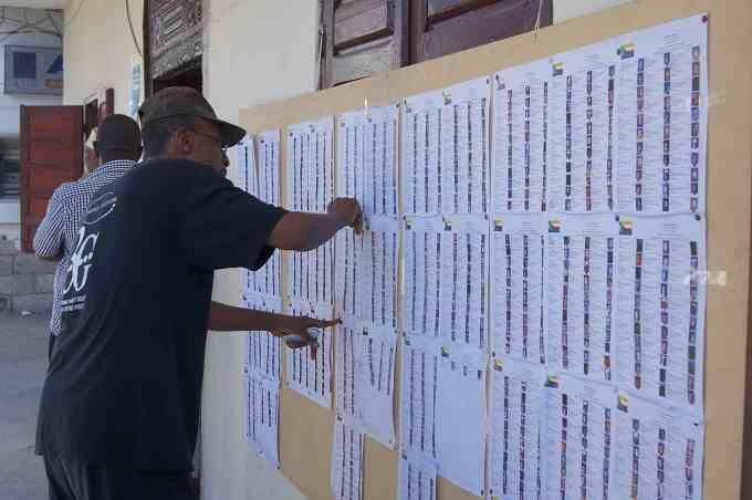 dafinemkomori.centerblog.net listes_des_electeurs_affichees_devant_un_bureau_de_vote